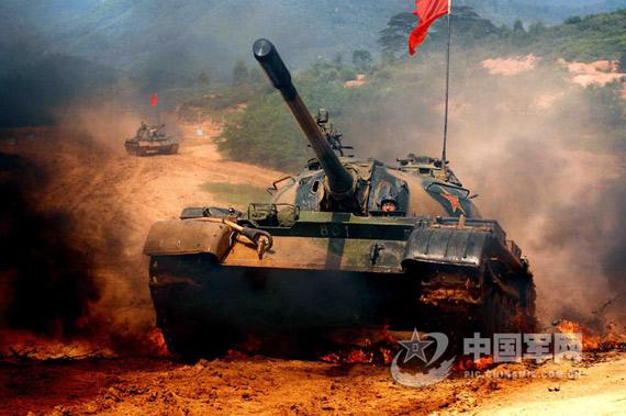 中国评论新闻:南京军区59式主战坦克实施火力