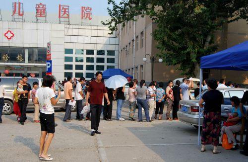 中国评论新闻:河北省儿童医院家长带儿童排队体检