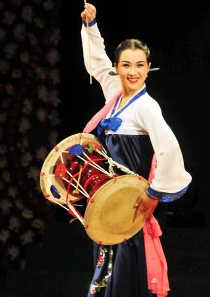 中国评论新闻:朝鲜艺术团美女演员湖北表演舞蹈