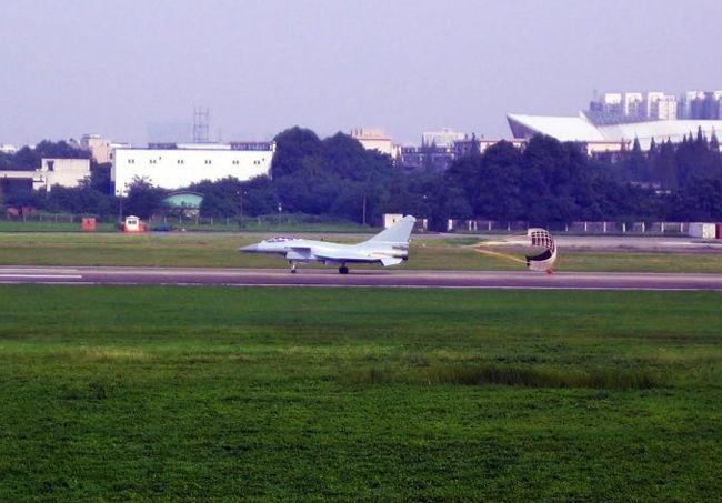 战机正在跑道上进行滑跑试飞.-外媒刊发最新空军涂装歼10B试飞图