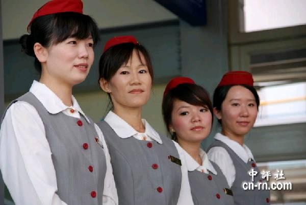 中国评论新闻:自强号美女服务员 台铁俏丽风景