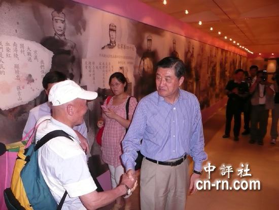 """纪念七七 """"国防部长""""高华柱参观抗战画展"""