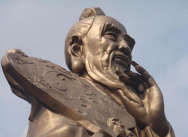 中評社北京8月30日電/梅德韋傑夫推崇《道德經》。   正當全世界都在經濟二次探底的威脅下瑟瑟發抖之際,一向熱衷中國文化的俄羅斯總統梅德韋傑夫,把解決問題的目光投向了中國古代的偉大哲學家老子。梅德韋傑夫在上周出席聖彼得堡國際經濟論壇時,向與會者建議,應當遵循中國古代偉大哲學家和思想家老子的教誨來應對世界金融危機,開創了他國政要在世界性論壇中引用中國名言的先河。其實,梅氏的觀點遠非獨家,西方學界早在金融危機之初就習慣性地開啟了東方視角,將中國傳統文化視為拯救西方世界的希望。後危機時代的國學,似乎又