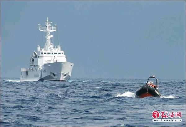 中国渔政船钓岛海域放小艇 日巡逻船紧张围拢