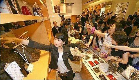 外国人看中国人海外消费:钱多人傻