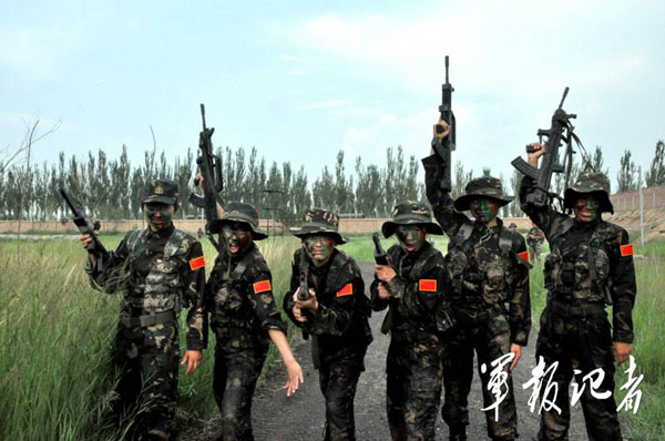 中国评论新闻:解放军某部女子特种兵军营生活全景