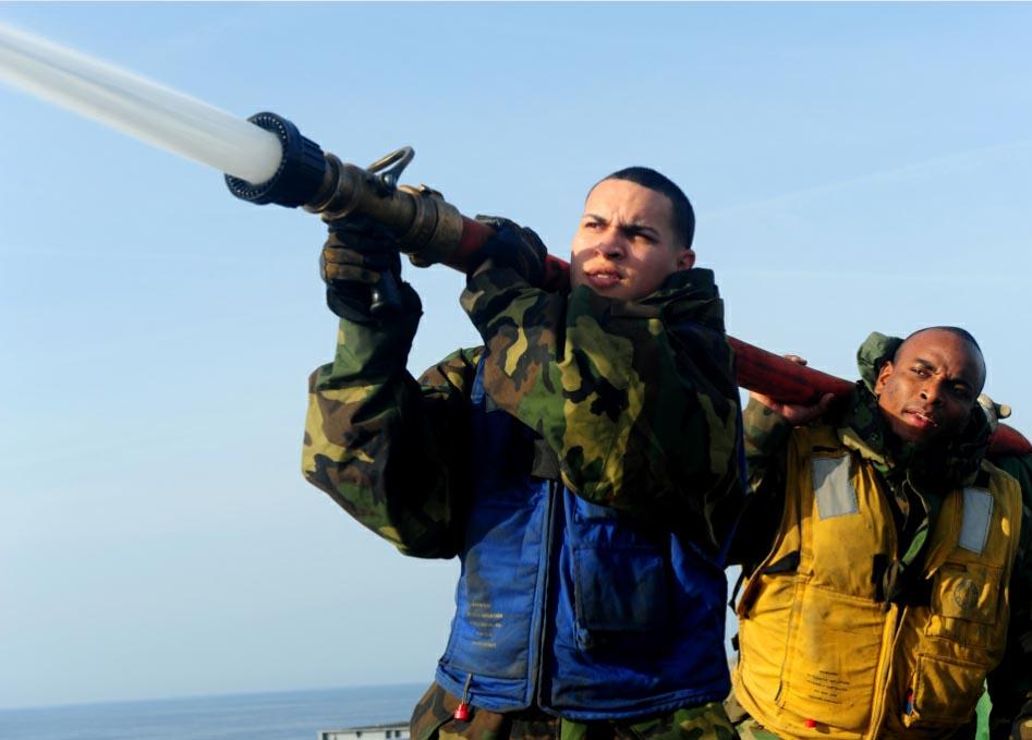 中国评论新闻 美海军给航母洗澡 组图 -美海军给航母洗澡 组图图片