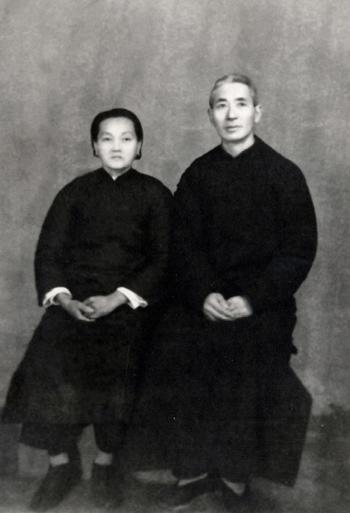 1949年4月29日赵锡成父亲赵以仁和母亲赵许月琴女士在锡成上船实习