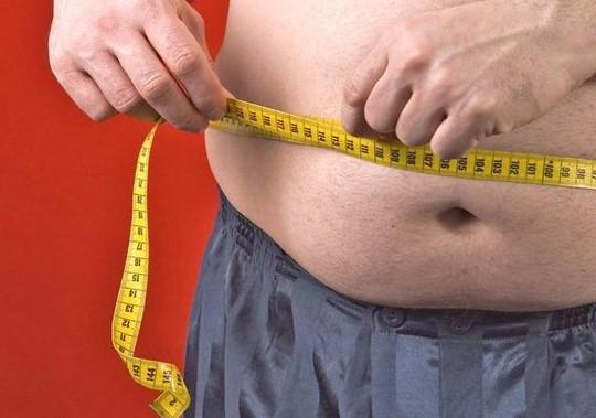 中評社北京10月26日電/那些宣稱自己代謝緩慢的胖子們或許說得有點道理,最近科學家們首次發現一種基因會減少新陳代謝活動導致人們肥胖。   騰訊科技編譯報道,劍橋大學的研究人員發現,一種名為KSR2的基因產生的突變會減弱細胞代謝葡萄糖和脂肪酸的能力。他們發現,這些基因突變在肥胖人群中比在普通人群體中更加普遍。科學家們長期以來一直懷疑,部分人或許由於新陳代謝緩慢而趨向於肥胖,但是這是科學家首次依據這一猜想鑒定出確切的基因。   劍橋大學的Sadaf Farooqi教授說道:我們大多數人都不太相信存在這樣的