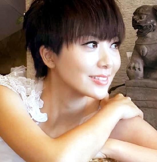中国评论新闻:美女主持紫檀杂志照曝光