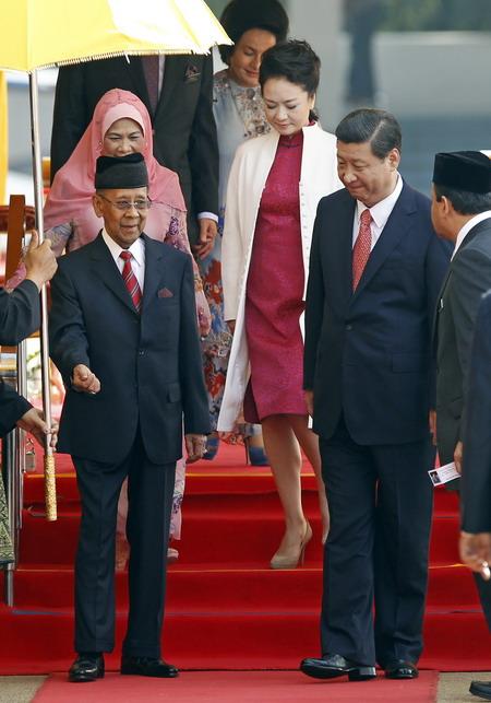 马来西亚最高元首哈利姆在吉隆坡议会广场
