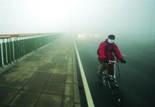 究表明,频繁的雾霾天气会严重危害人的健康.-明确责任是治理雾霾图片